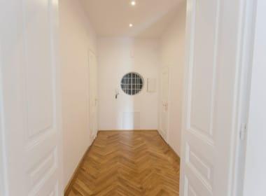 Whg 1070:2_Eingangsbereich Altbau 1070 Wien Flügeltüren Parkett Fischgrät Wohntraum